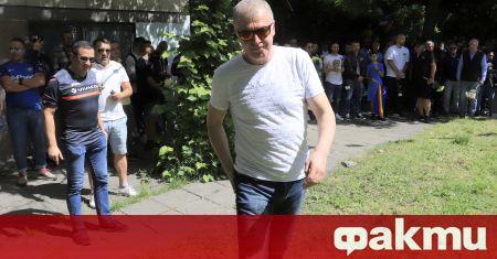 Настоящият собственик на Левски Наско Сираков се опитва да си