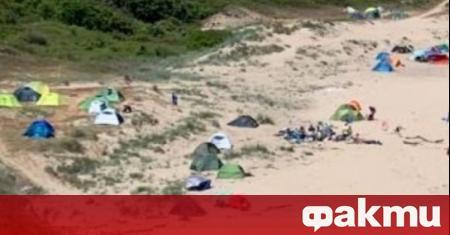"""Туристи наредиха палатки върху дюните на плаж """"Липите"""" край Синеморец."""