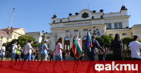 Нападение над журналист извършиха протестърите пред служебния вход на парламента