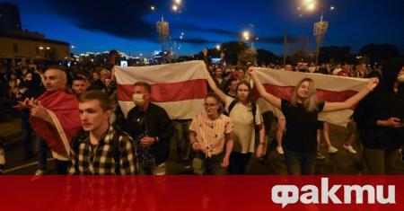 Полицията в Беларус разгони тълпи от протестиращи с шокови гранати