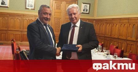 Председателят на унгарския парламент Ласло Кьовер откри заседанието днес с