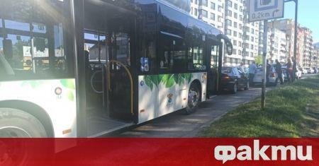 Катастрофа между два автомобила и автобус на градския транспорт е