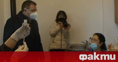 Здравният министър проф. Костадин Ангелов проверява как върви масовото ваксиниране