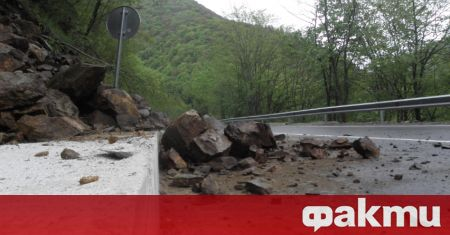Срутище затруднява движението на автомобили по пътя Асеновград - Смолян.