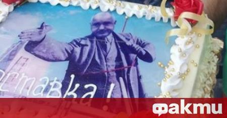 Протестиращи срещу правителството граждани се почерпиха с торта с лика