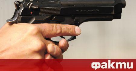 Футболен треньор е произвел осем изстрела със собственото си оръжие