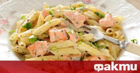 Необходими продукти: 500 гр. филе от сьомга (размразено) 2 скилидки