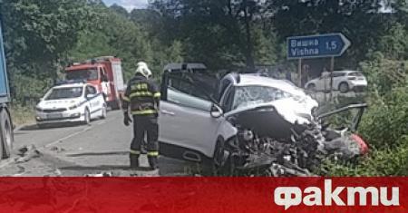 Трима души са в тежко състояние след пътен инцидент в
