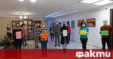 """Служителите на администрацията в Свиленград показаха надписи """"Бъдете благословени!"""", """"Благодарим"""