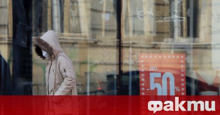 Десетки собственици на магазини и служители от търговски центрове излязоха