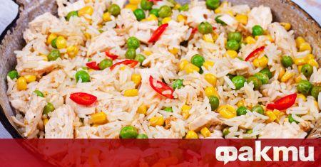 Необходими продукти: 2 ч.ч. сварен кафяв ориз 500 г пилешки