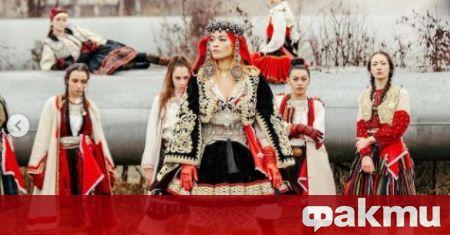 Певицата с албански корени Рита Ора продължава да споделя кадри