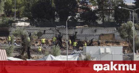 Двама мигранти, наскоро пристигнали на гръцкия остров Лесбос, където се
