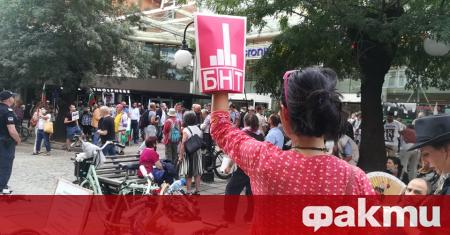 Граждани, общественици, журналисти и духовници протестират пред сградата на БНТ