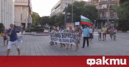 Клип, показващ как протестиращи от Благоевград прибират в сградата на