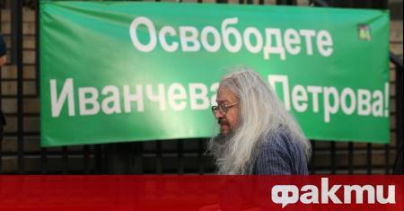 Десетки граждани се събраха пред Съдебната палата на протест в