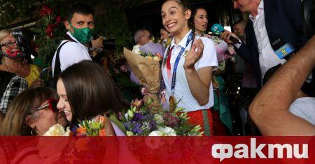 Олимпийската шампионка с ансамбъла на България по художествена гимнастика от