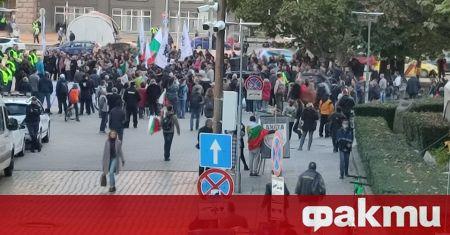 Недоволни от новите COVID мерки се събраха на протест пред