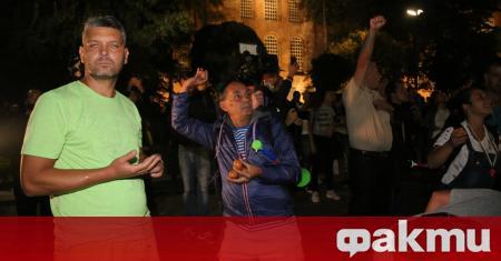"""От традиционния си сборен пункт - площад """"Независимост"""", протестиращите снощи"""