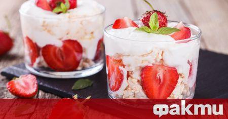 Необходими продукти: 500 г почистени свежи ягоди 1 супена лъжичка