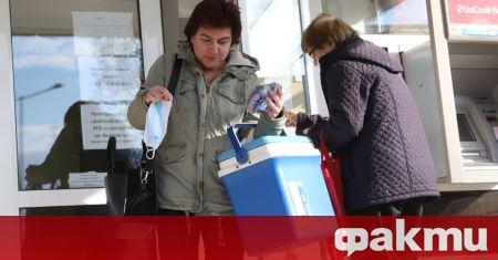 Опашка от лични лекари с хладилни чанти и кутии се