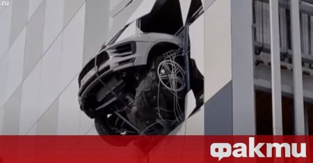 """Porsche Macan се """"показа"""" през една от стените на паркинг"""