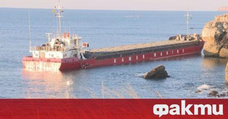 Акцията по претоварването на заседналия край Камен бряг кораб продължава.
