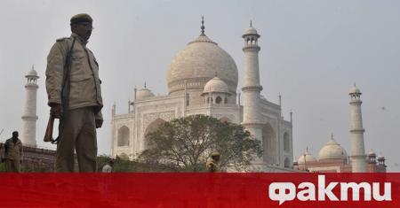 Прочутият индийски монумент Тадж Махал днес отново отвори врати за