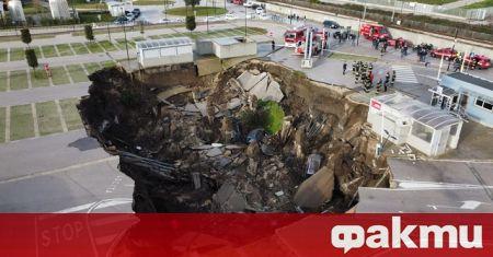 Огромен кратер се отвори днес сутринта на паркинг на болница