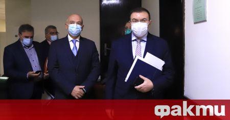 Министърът на здравеопазването Костадин Ангелов, председателят на Националния оперативен щаб