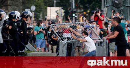 По време на протестите в Белград в нощта срещу 11