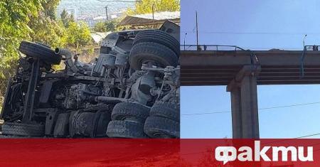 Камион падна и се разби от Аспаруховия мост във Варна.