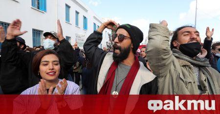 Голям брой граждани протестират в Тунис, съобщи ТАСС. Протестът се