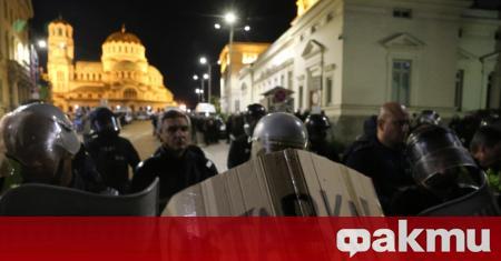 Напрежение между протестиращи и полиция пред старата сграда на Народното