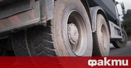 Тежки камиони с товароносимост 45 т рушат основния път в