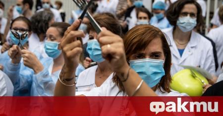Здравните работници излязоха на протест във Франция. Те напуснаха работните