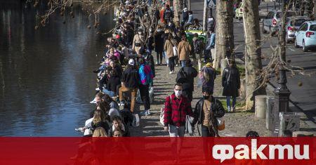 Хиляди хора в цяла Франция се стекоха в центровете за