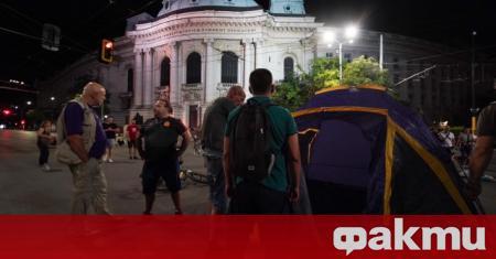 Протестиращите отново блокираха кръстовището при Софийския университет с разпънати палатки