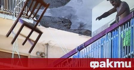 Кадрите с български ром, който хвърля гневно стол от терасата