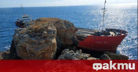 Голям товарен кораб, плаващ под панамски флаг, заседна в скалите