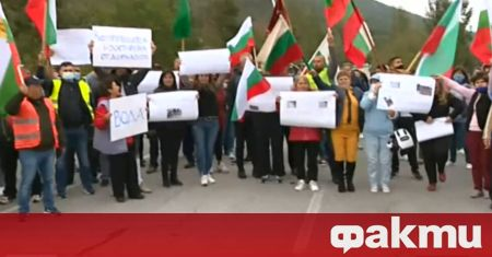 Протест блокира Подбалканския път. Причина са проблеми с водопровода на