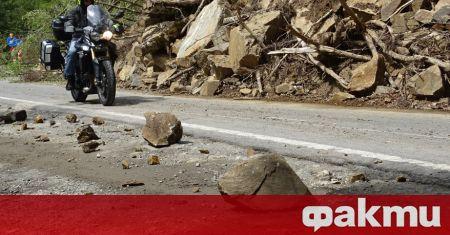 Продължава разчистването на падналите вчера над 100 тона скална маса