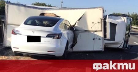 Tesla Model 3 се блъсна в преобърнал се камион на