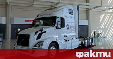 Шофьор на камион Volvo VNL от американския град Чикаго е