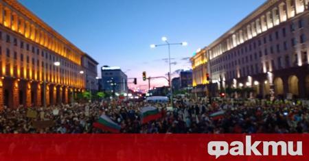 """Хиляди протестиращи са изпълнили пространството пред площад """"Независимост"""", президентството, Министерски"""