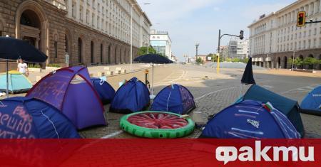 Антиправителствените протести продължават. Блокирани заради палатковите лагери остават кръстовищата на