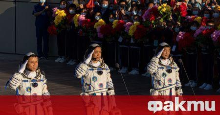 """На 17 юни бе изстреляна ракетата """"Шънджоу-12"""" с трима космонавти"""