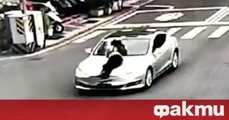 Видеоклип от камери в Тайван показва как мъж се вози