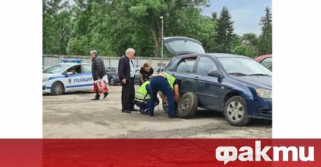 Полицаи помогнаха да бъде сменена гума в гробищния парк