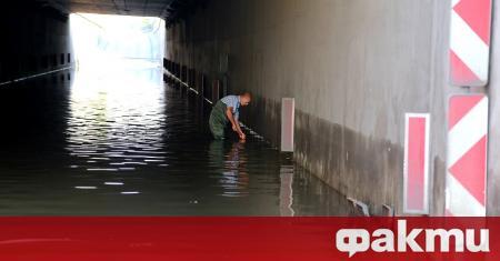 Десетки автомобили пострадаха след поройния дъжд в София. Беше създадена